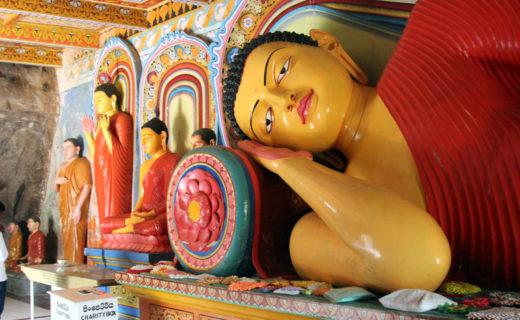 Лежащий Будда в Священном городе.